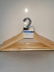 8 houten kledinghangers
