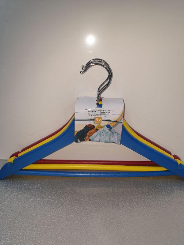 3 houten kinderkledinghangers blauw/geel/rood