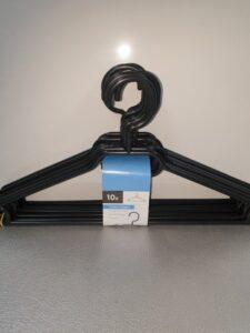 10 zwarte plastieken kleerhangers met draaikop
